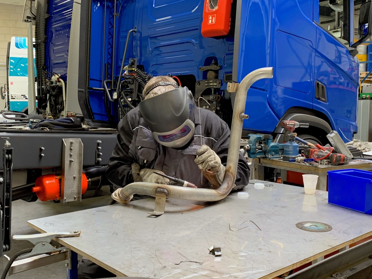 Allround monteur last onderdeel van een truck