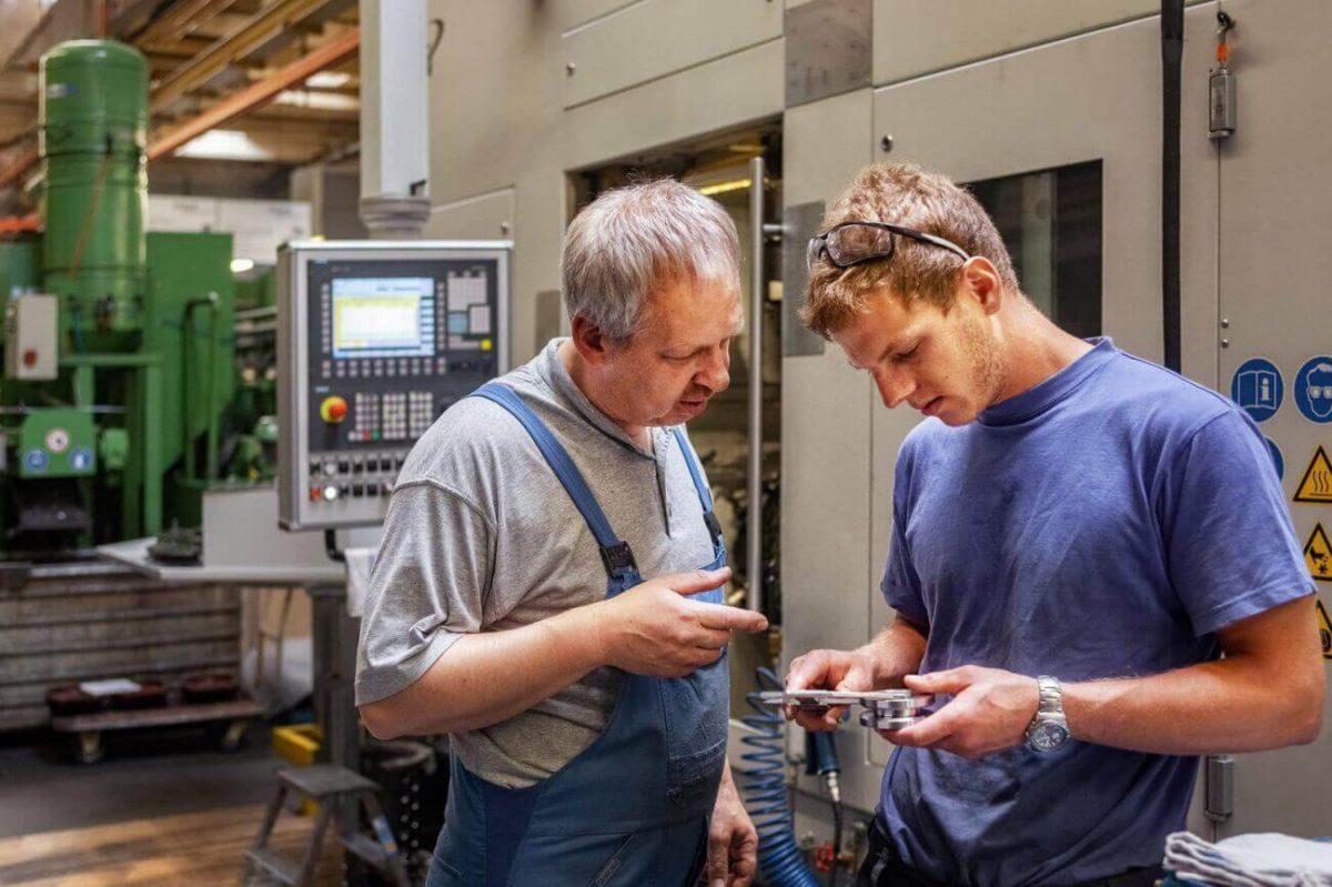 Twee monteurs kijken naar gereedschap