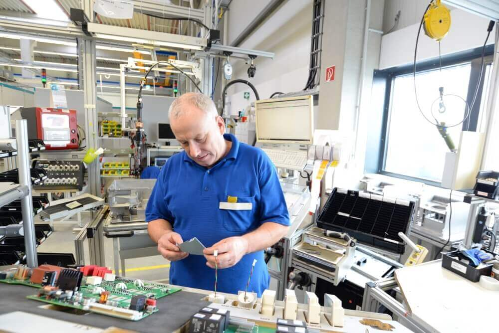 Werknemer aan het werk in een chipfabriek