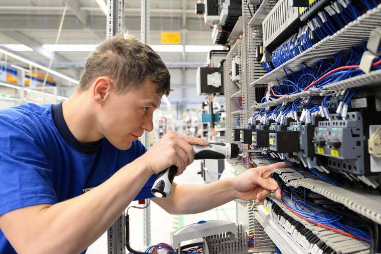 Elektrotechnisch Monteur aan het werk