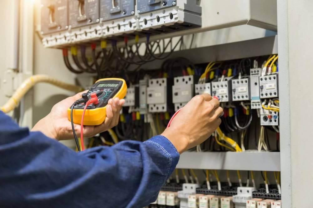 Elektrotechnisch monteur checkt de spanning