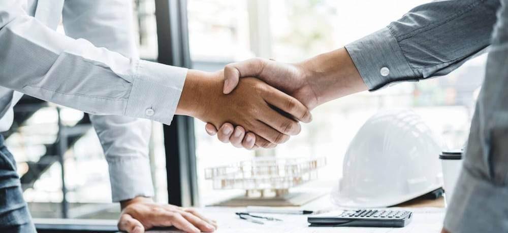 Twee mannen schudden elkaars hand