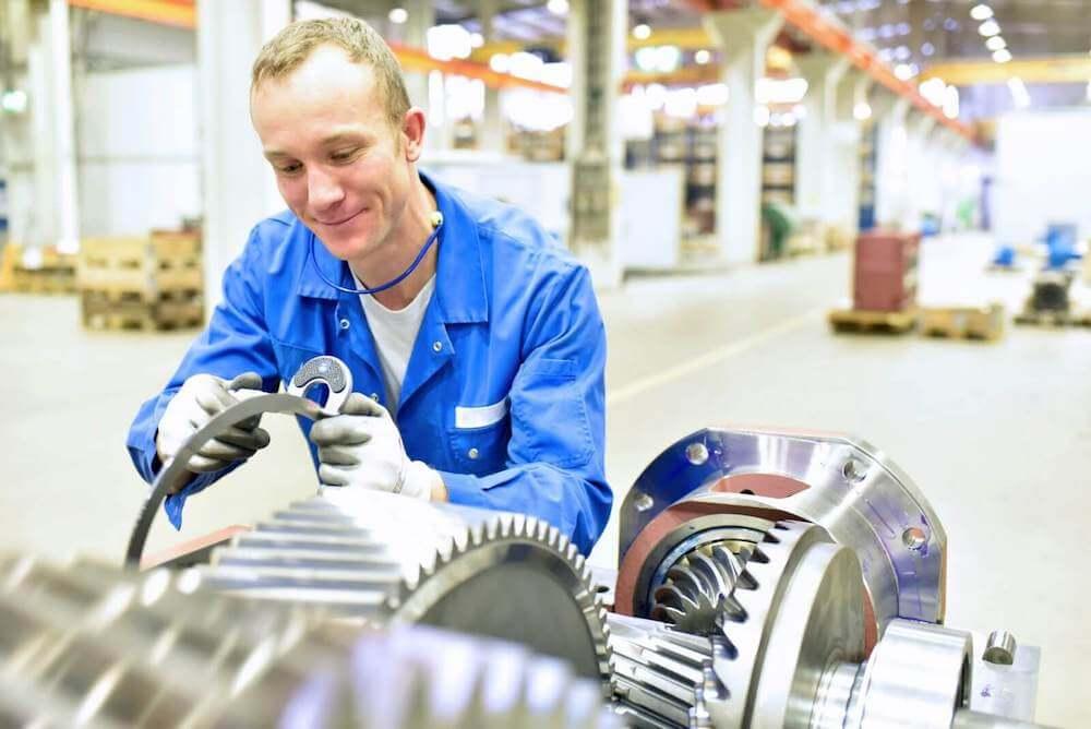 Kwaliteitsmedewerker controleert onderdelen van een tandwielkast