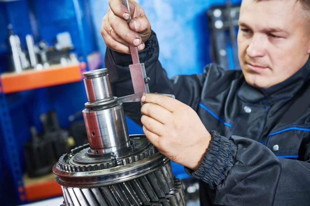 Mechanisch monteur aan het werk