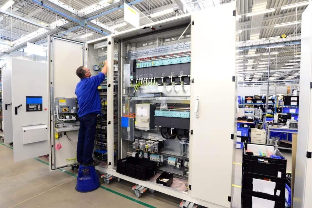 Paneelbouwer aan het werk in een fabriek