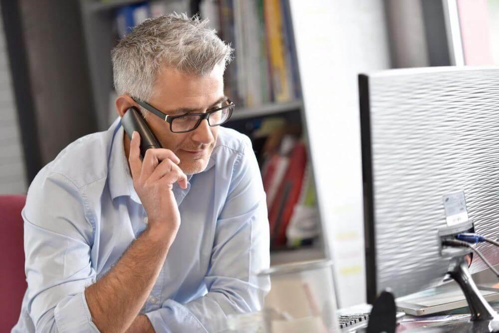 Technisch Commercieel Medewerker belt met klant