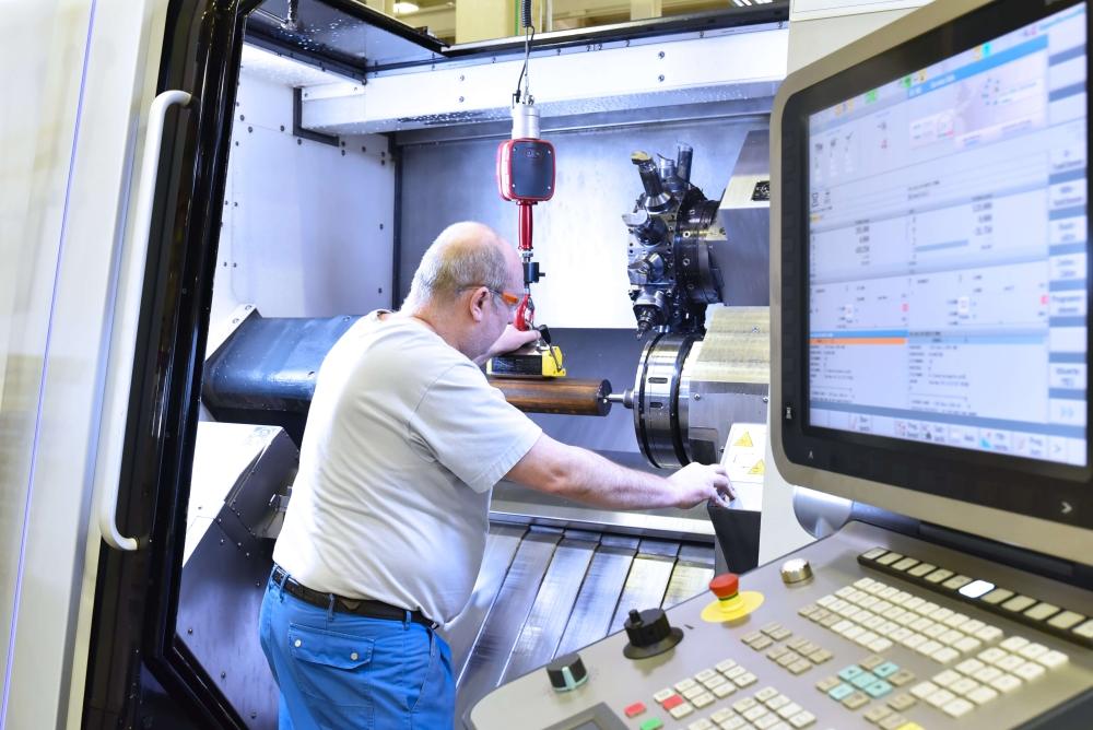 Verspaner aan het werk met een CNC machine