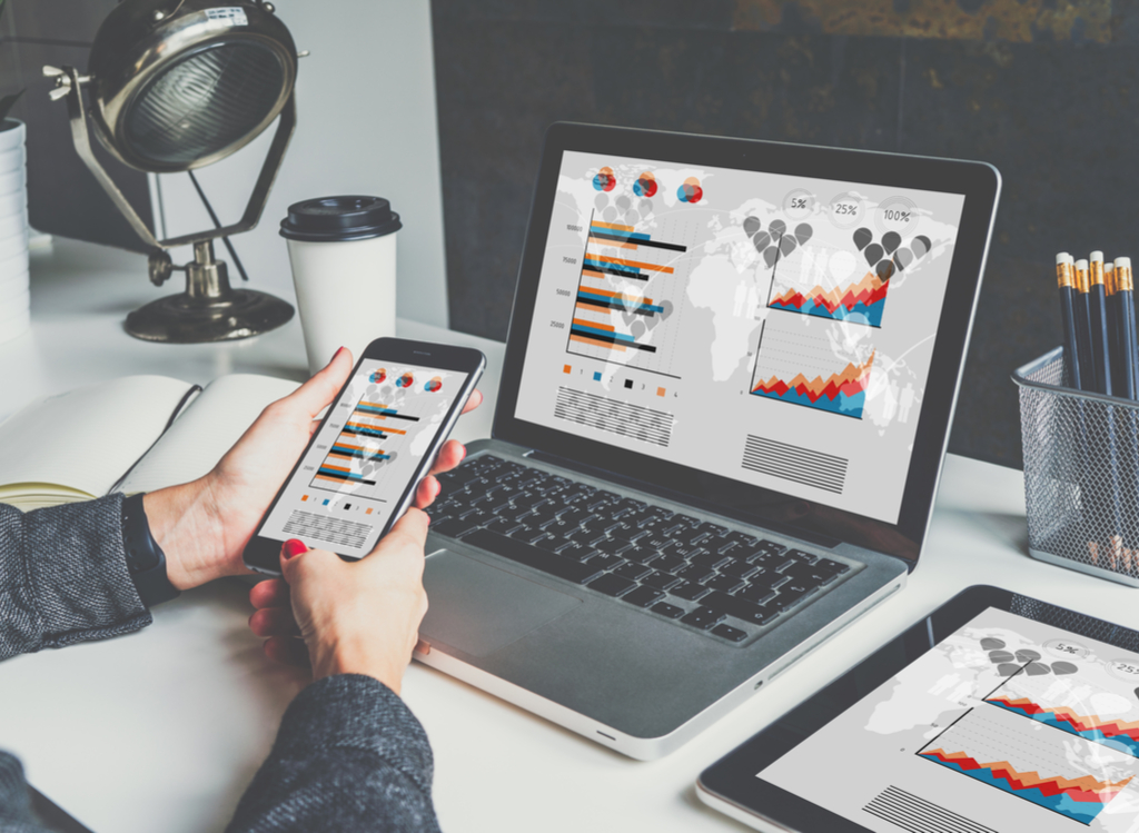 Online Marketeer analyseert data op de computer