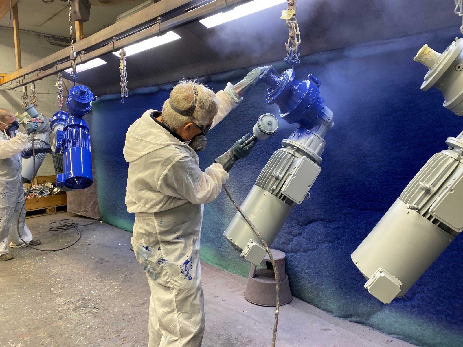 Industrieel spuiter aan het werk