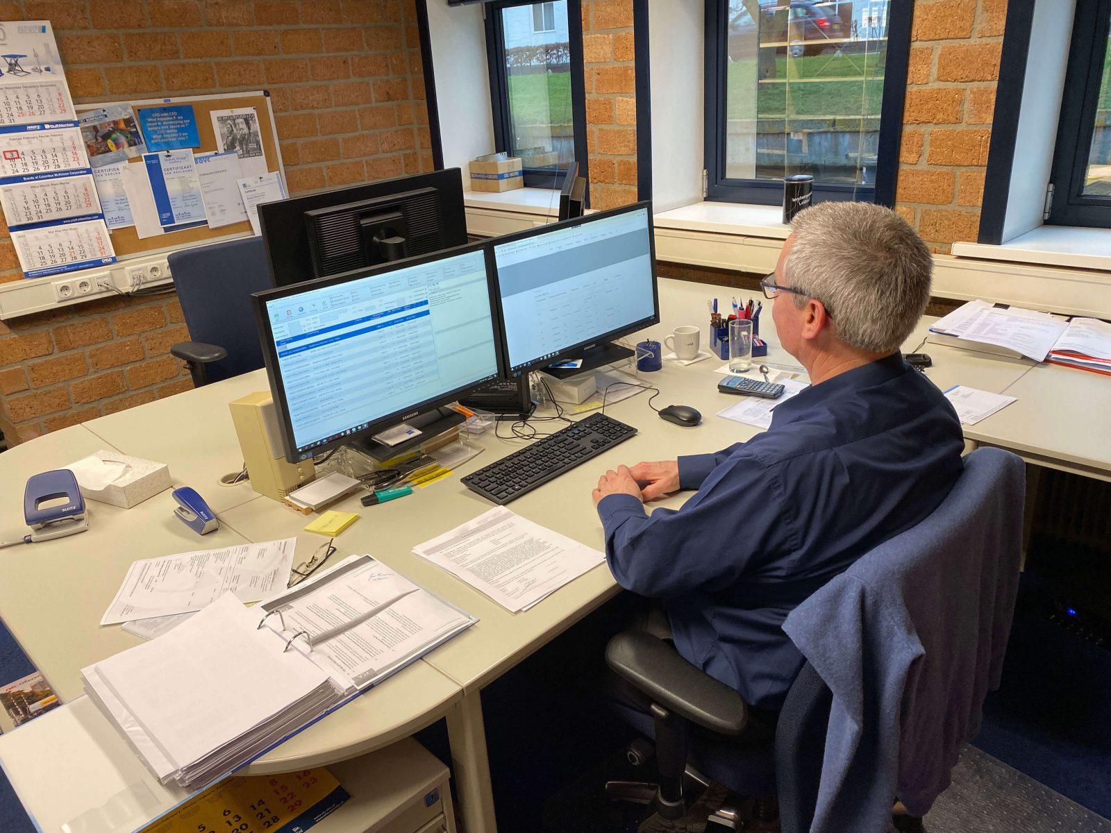 Technisch Commercieel Medewerker aan het werk op kantoor